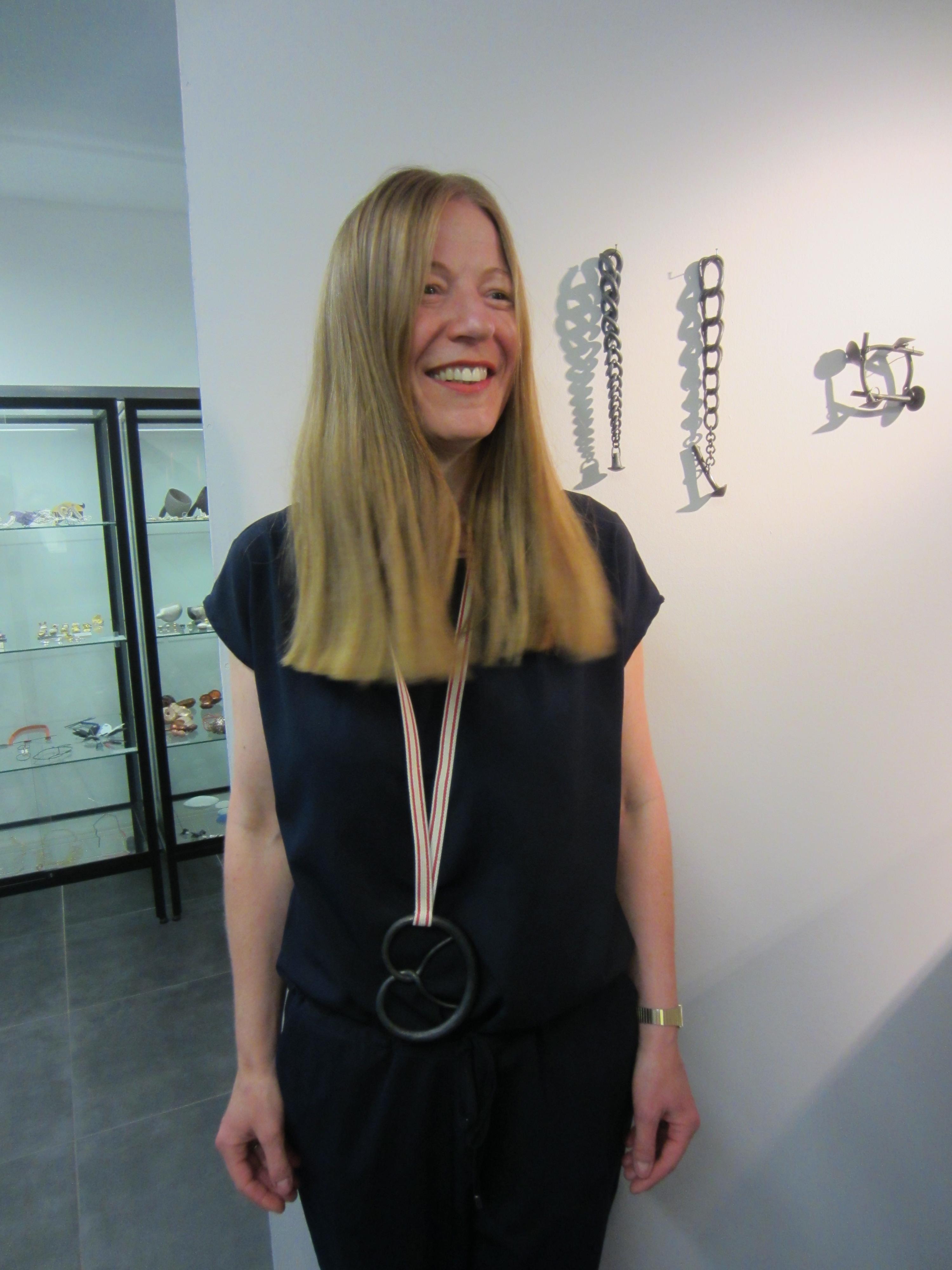 Jantje Fleischhut draagt halssieraad Sophie Hanagarth in Galerie Ra, portret, halssieraden, armband, vitrines
