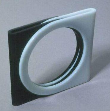 Antoinette Vroom, Serie Sieraad, armband, 1973. Collectie Design Museum Den Bosch, kunststof