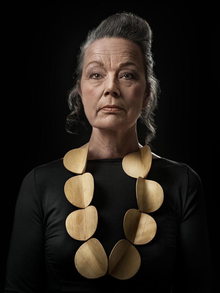 Halssieraad Dorothea Prühl gedragen door Nel. Foto Johannes van Camp, hout