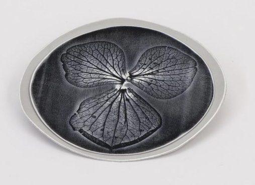 Sylvia Blickman, Beware of elks, broche, 2010, geanodiseerd aluminium