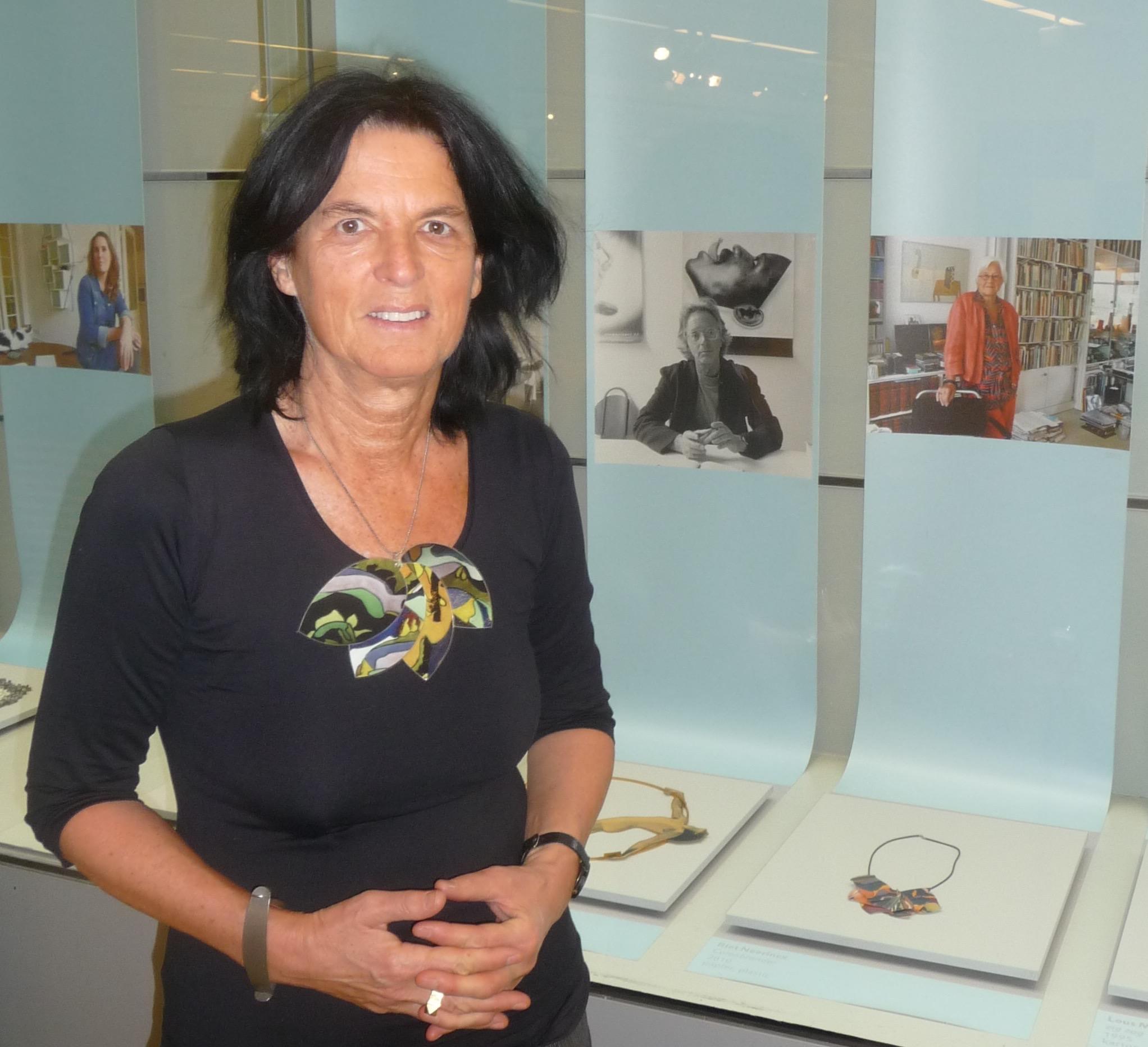 Clara de Goede draagt Riet Neerincx, Kettingreacties, CODA, 2014, tentoonstelling, halssieraden