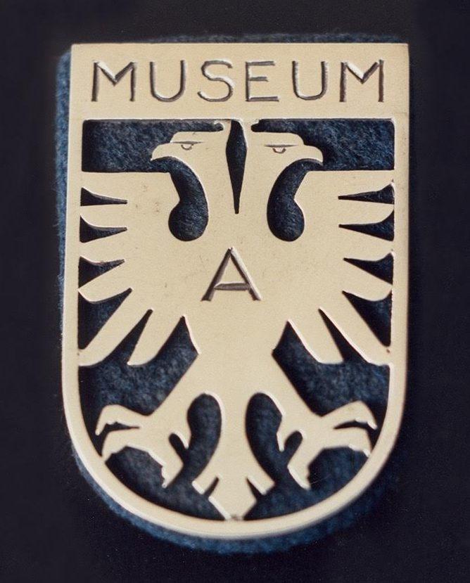 Riet Neerincx, insigne museumpersoneel Gemeentemuseum Arnhem, 1952, metaal