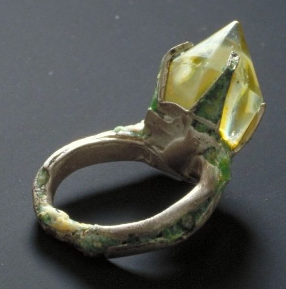 Tomomi Arata, Treasures from under the Sea, ring, 1997. Foto met dank aan Stichting Françoise van den Bosch©