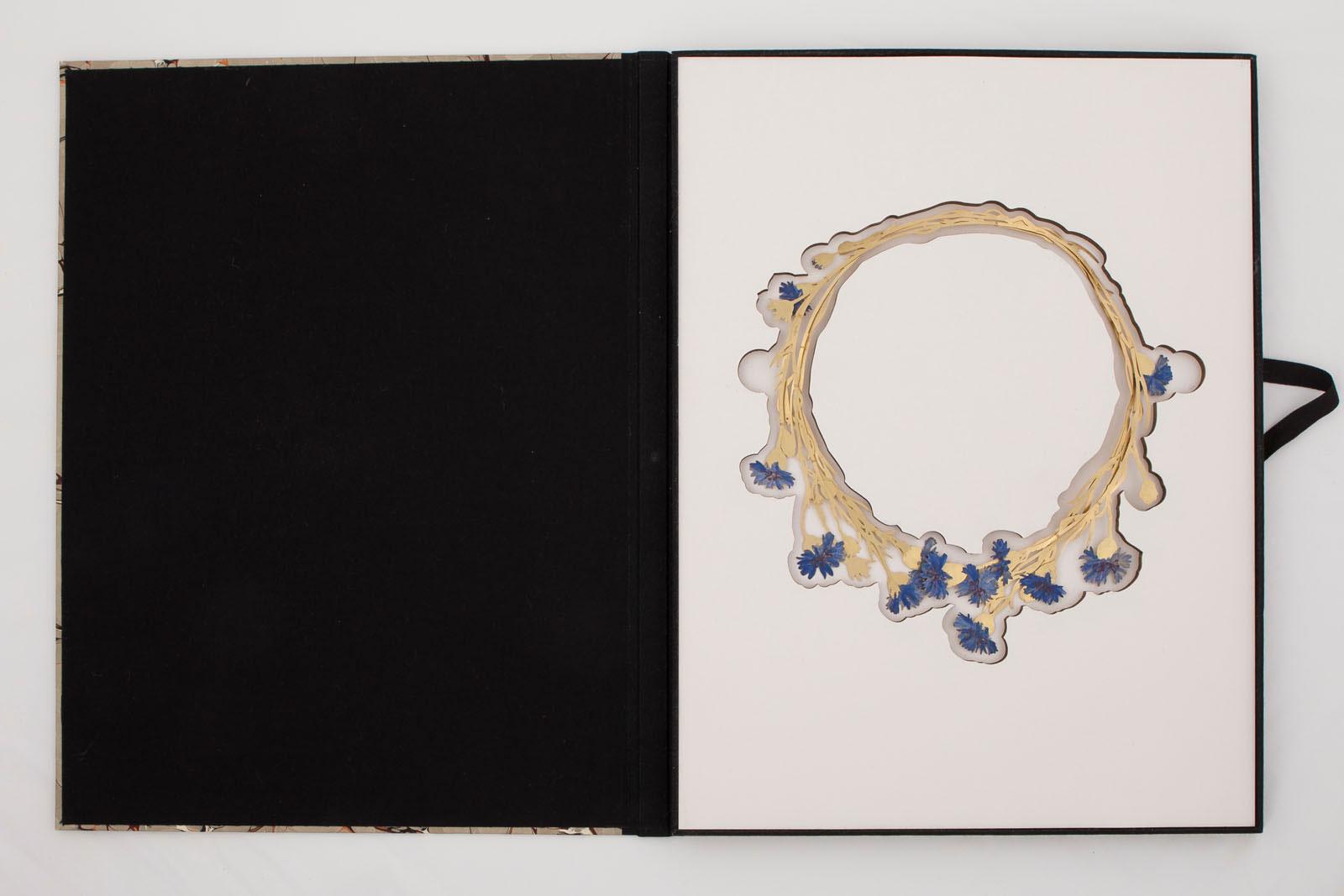 Christopher Thompson Royds, Natura Morta : Cornflowers, halssieraad, 2015, foto Galerie Marzee, goud, verf, karton, gemarmerd papier, lint