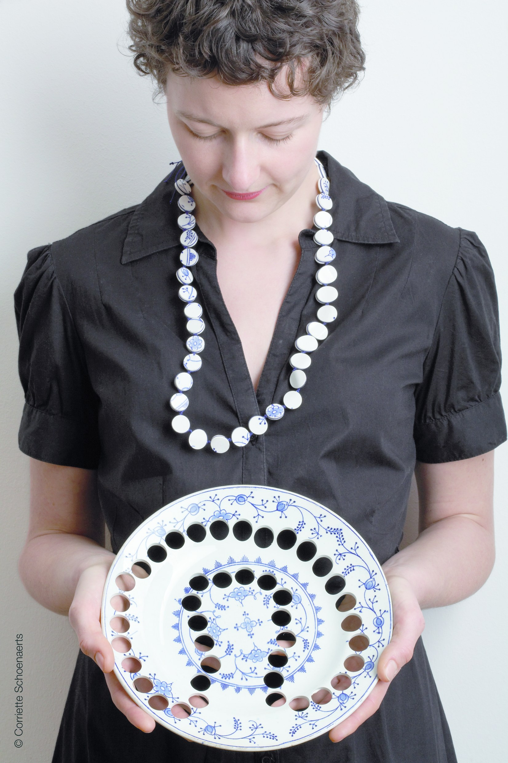 Gésine Hackenberg, halssieraad. Foto Coriette Schoenaerts, keramiek, textiel