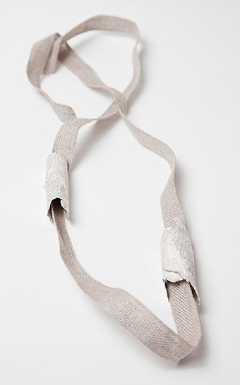 Marian Hosking, Bark and linen necklace, 2013, textiel