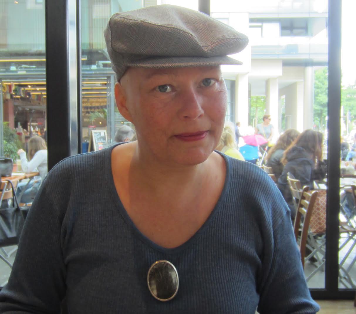 Esther Doornbusch draagt Akihiro Ikeyama, Cow I, broche, Amsterdam, 2017, zilver, koehoorn