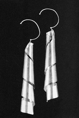 Man Ray, Lampshade, oorsieraden, uitgevoerd door GEM Montebello, 1960. Man Ray Trust/ADAGP, c/o Pictoright Amsterdam©