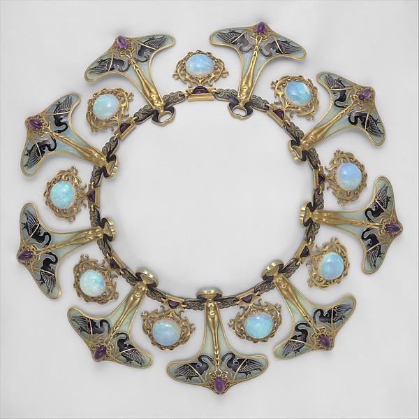René Lalique, halssieraad, circa 1898. Collectie Metropolitan, schenking van Lillian Nassau. Foto met dank aan het Metropolitan, goud, email, vensteremail, Australische opalen, Siberische amethyst