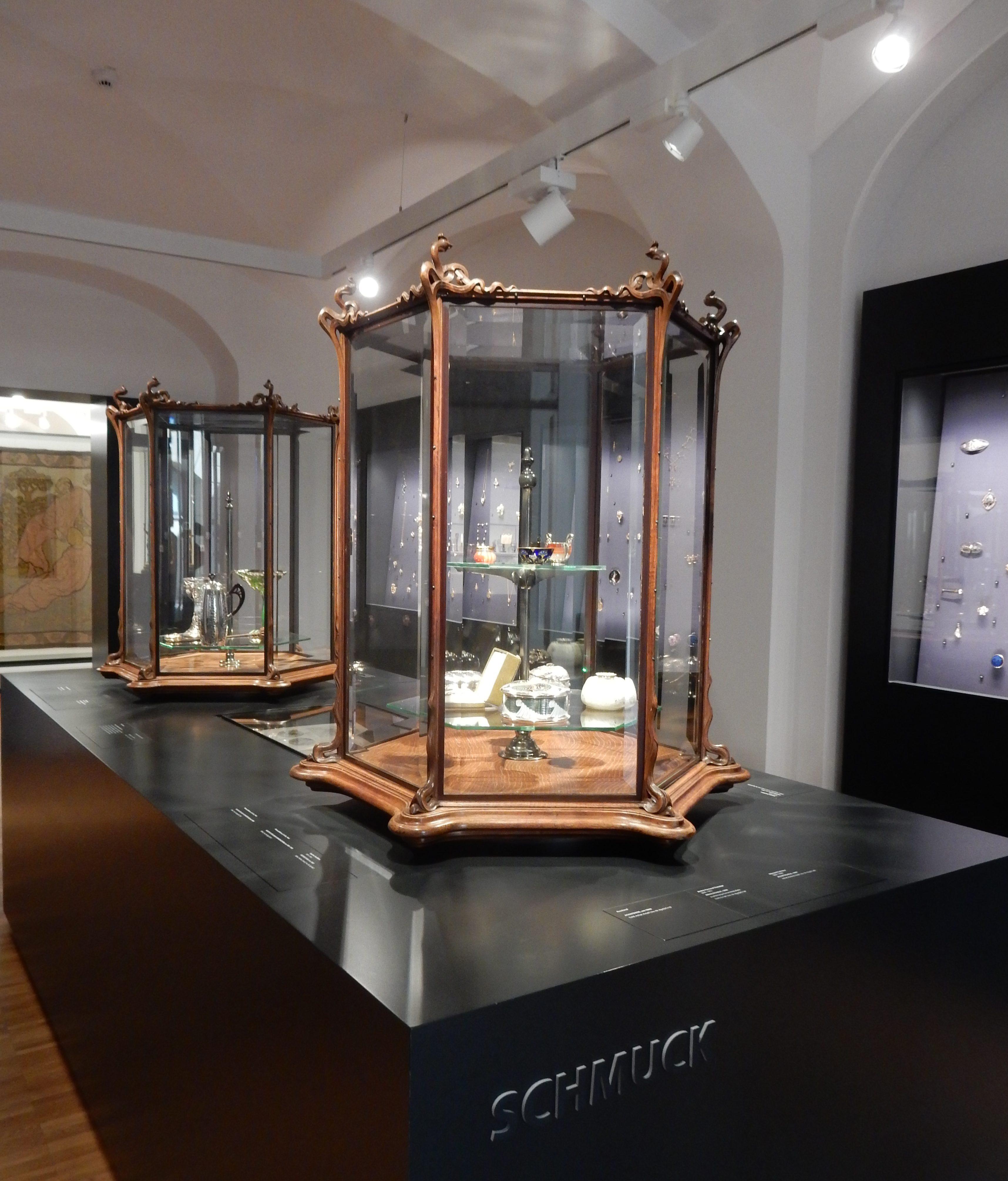 Philippe Wolfers, vitrines, circa 1897, Hessisches Landesmuseum Darmstadt, 10 september 2017, foto Coert Peter Krabbe, vitrines, hout, glas, vaste opstelling