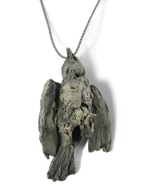Mielle Harvey, Hanging Bird II, halssieraad, 2016. Foto met dank aan Galerie door, Mielle Harvey©