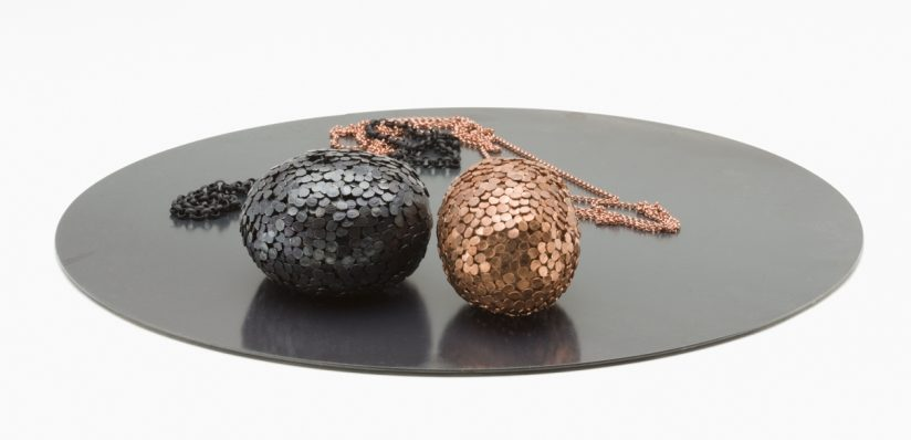 Iris Eichenberg, X, halssieraden, 2013. Foto met dank aan Ornamentum Gallery©