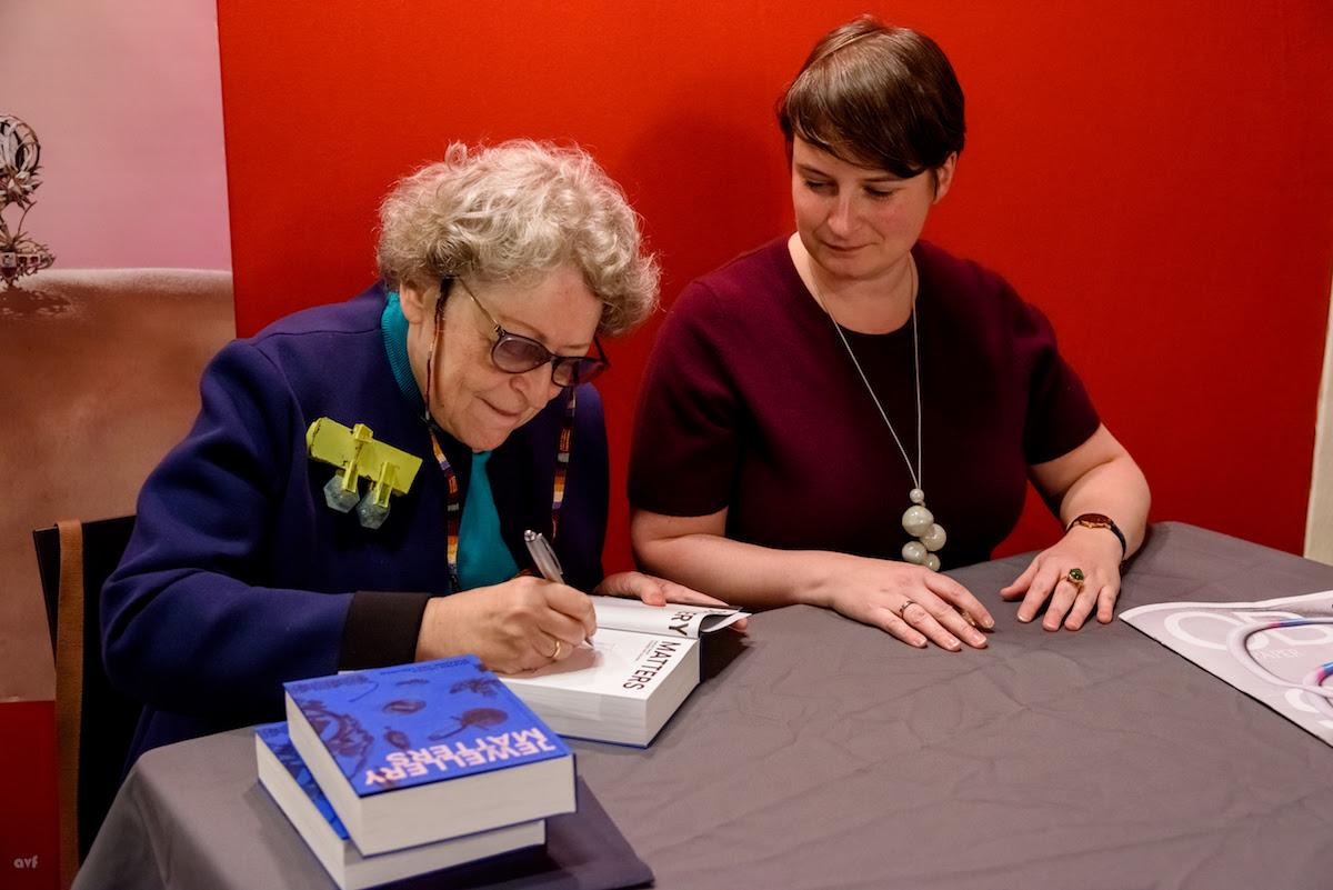 Marjan Unger en Suzanne van Leeuwen signeren Jewellery Matters, SAF 2017. Foto met dank aan SAF©