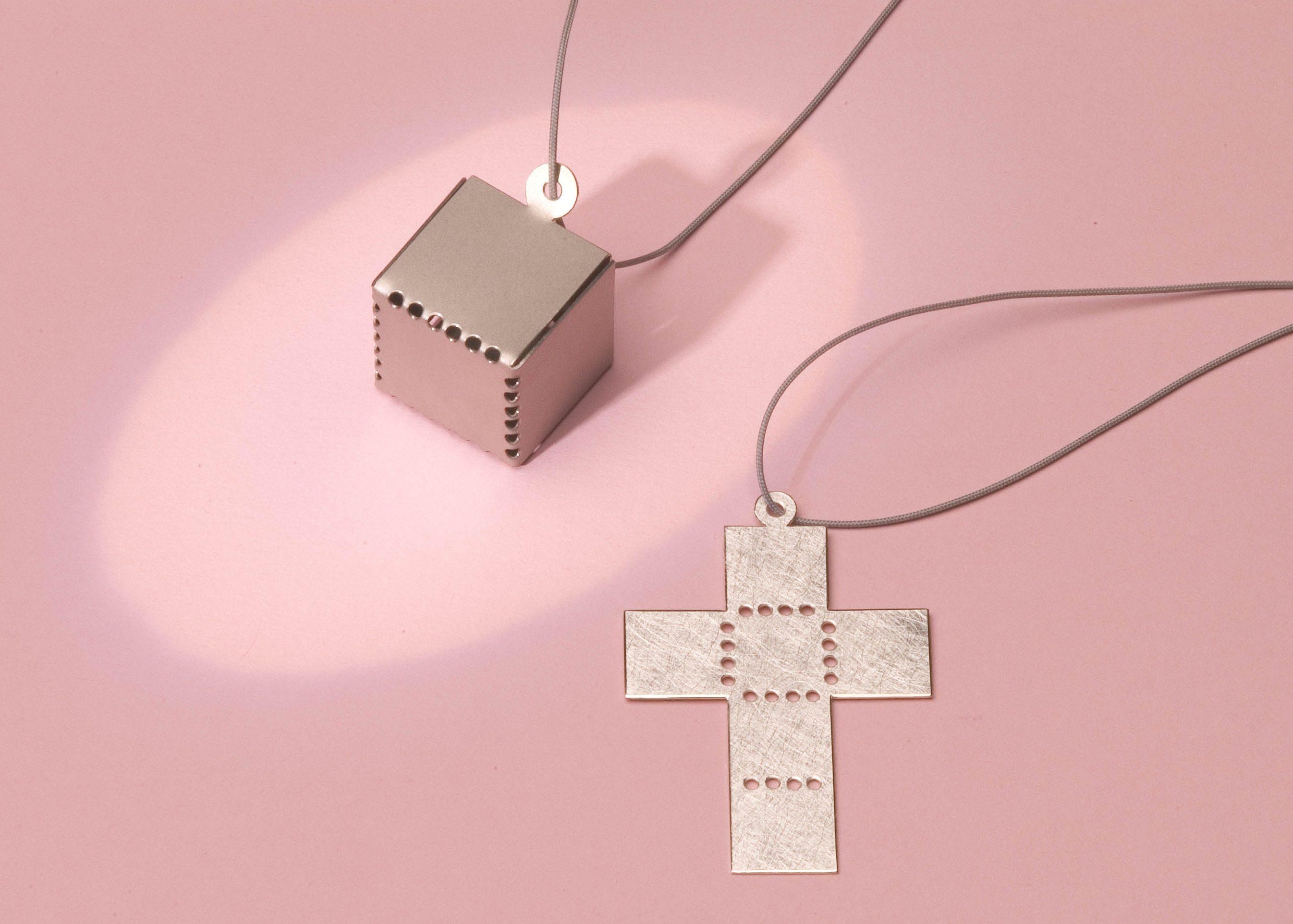 Pauline Barendse, It's just a box, hanger, 2004, metaal, koord