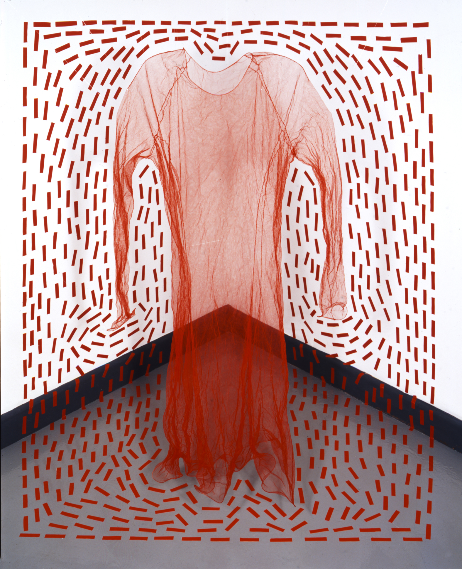 Caroline Broadhead, Red Dress Space 1, 2004. Foto met dank aan CODA©