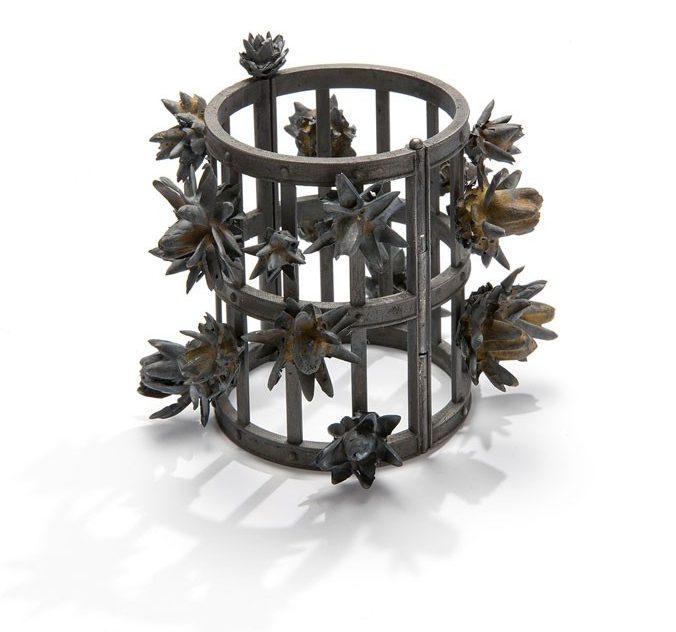 Evert Nijland, Black Flowers, armband, 2018. Foto met dank aan Galerie Rob Koudijs©