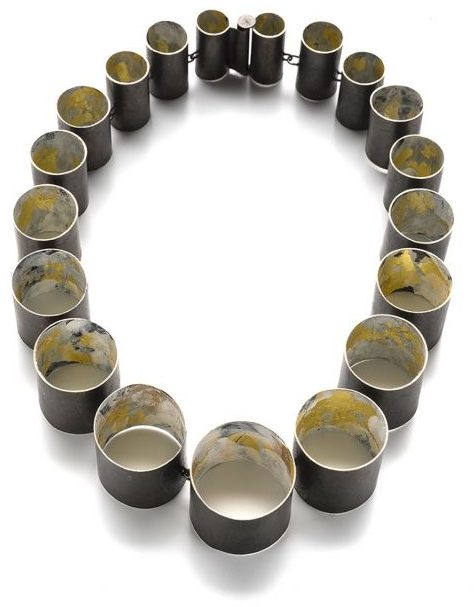 Lucia Massei, A Cup of Black Tea, halssieraad. Courtesy Mobilia Gallery©