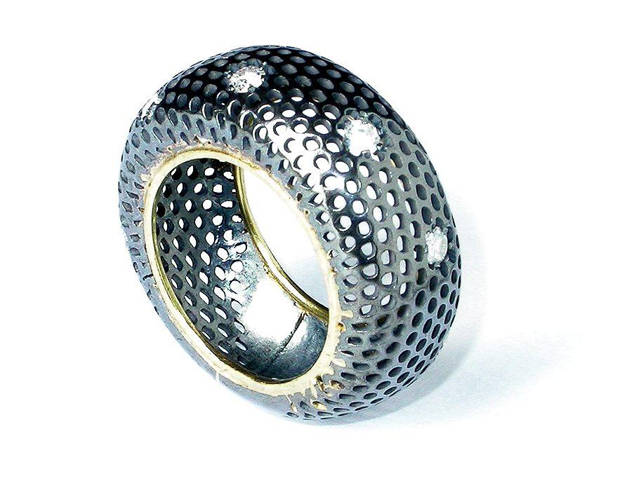 Salima Thakker, Grid, ring. Foto met dank aan Galeria Reverso©