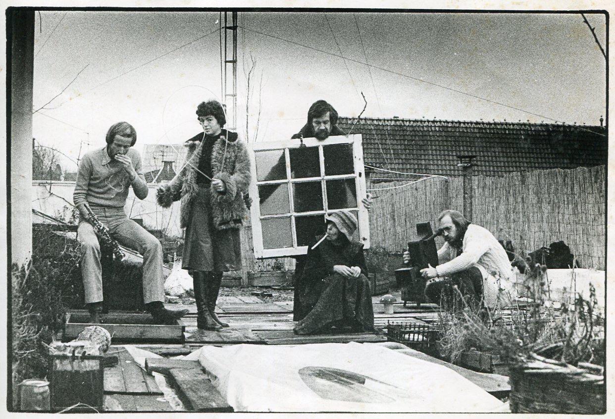 BOE-groep op daktuin Oudezijds Achterburgwal; Boekhoudt, Van den Bosch, Niehorster, Herbst en Berend Peter, circa 1974, portret