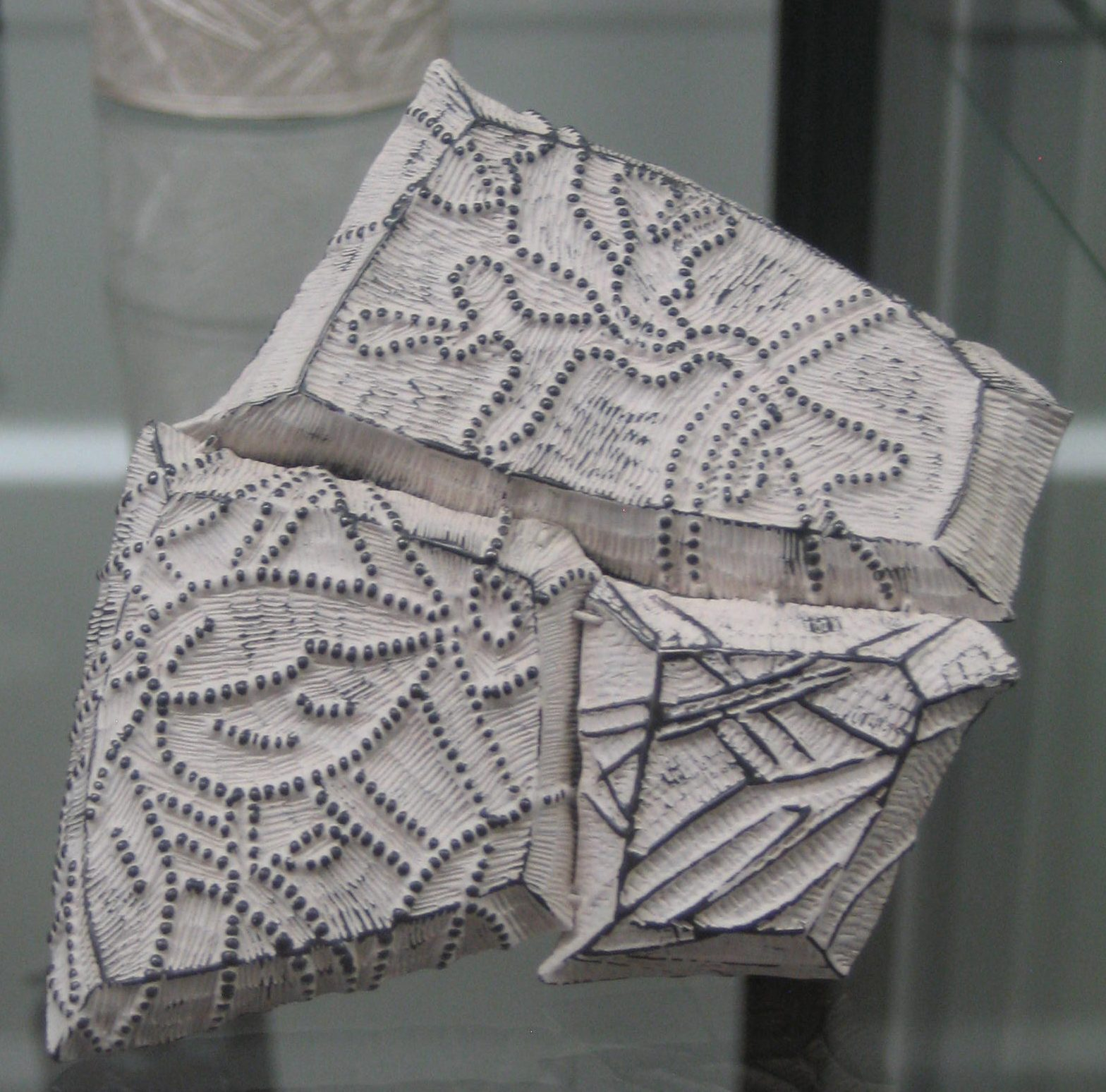 Julie Blyfield, broche in Galerie Ra, juni 2018, metaal