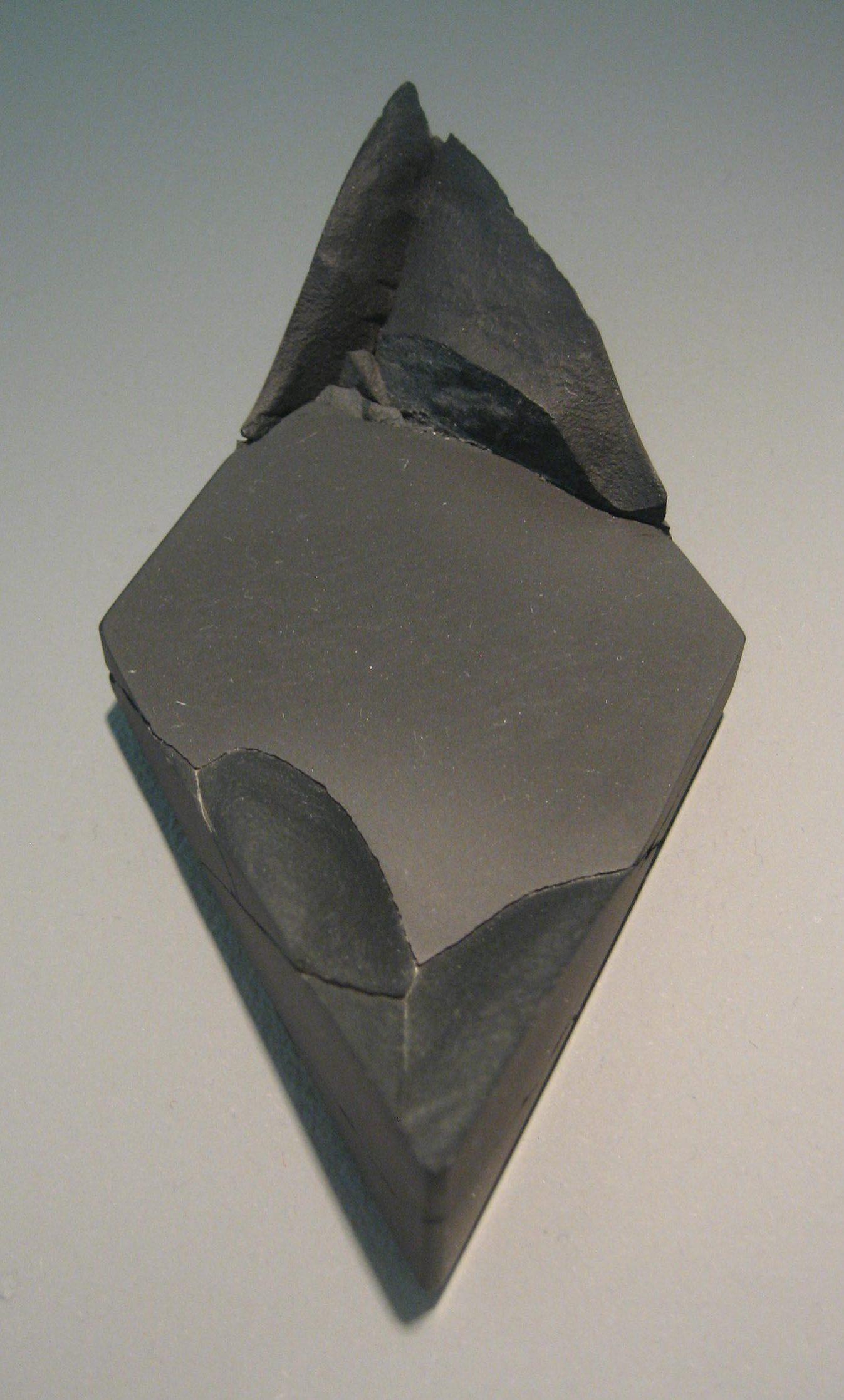 Patrícia Domingues, broche in Galerie Ra, juni 2018, metaal, gereconstrueerd steen