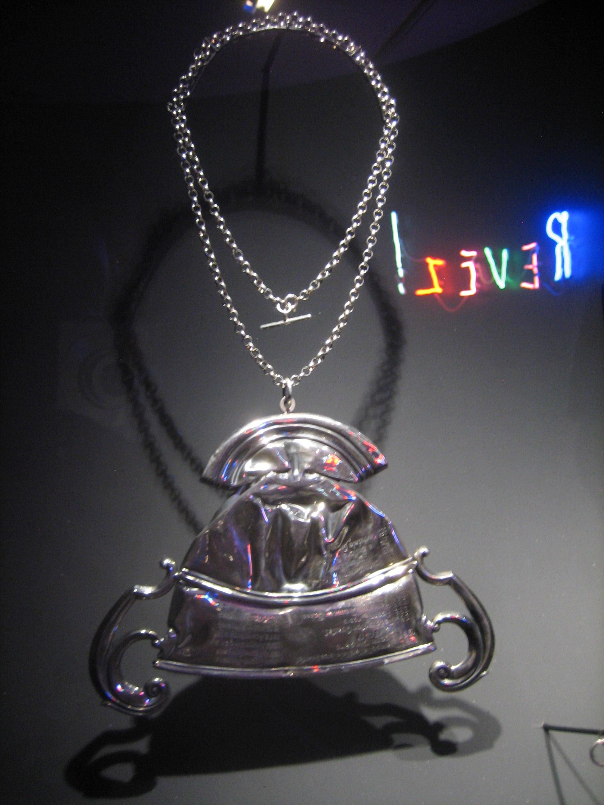 Cornelia Parker, Fallen Trophy (Medium), halssieraad, 2011. Collectie Diane Venet. Foto Esther Doornbusch, juni 2018, CC BY 4.0