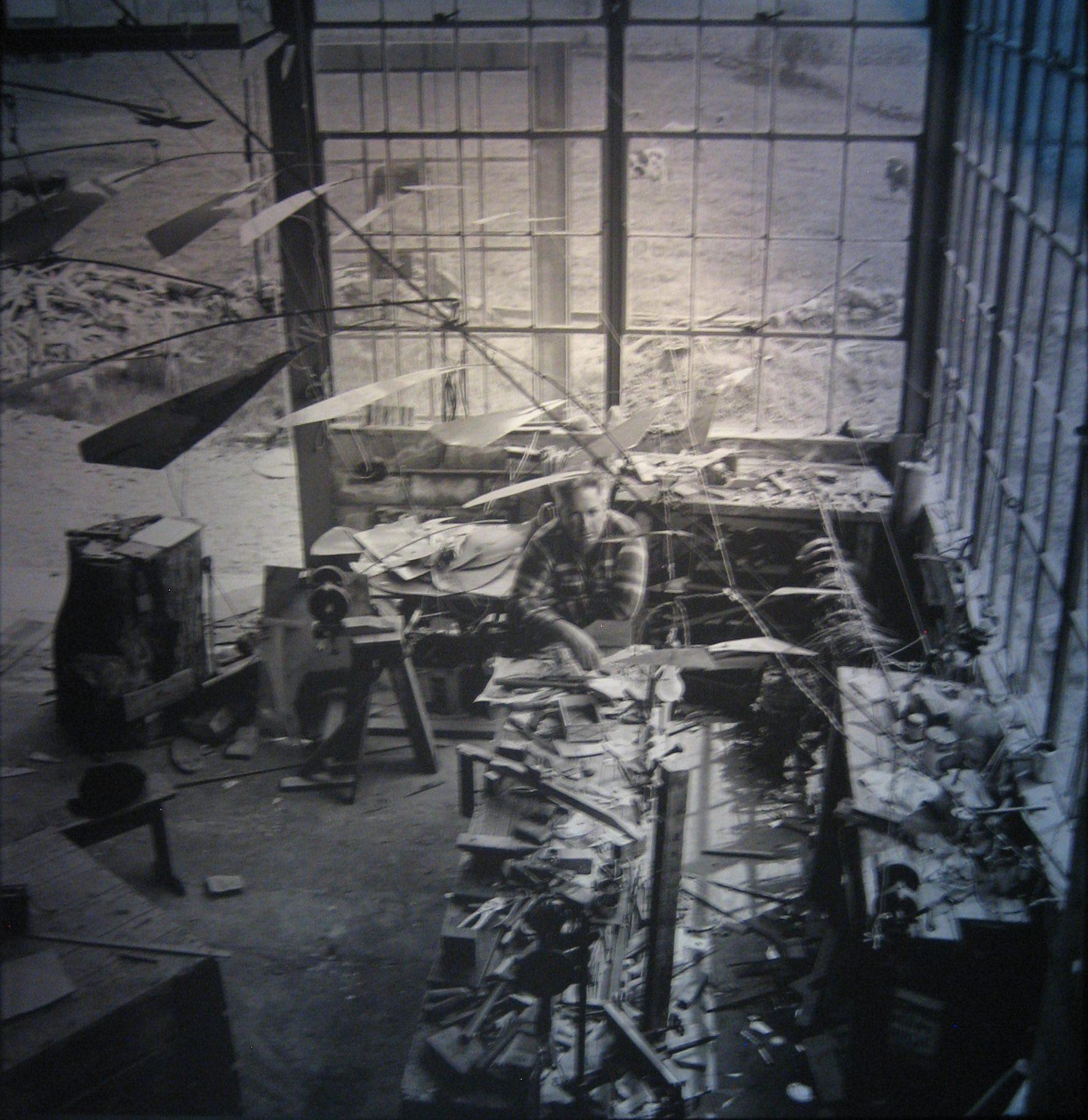 Alexander Calder in zijn atelier.