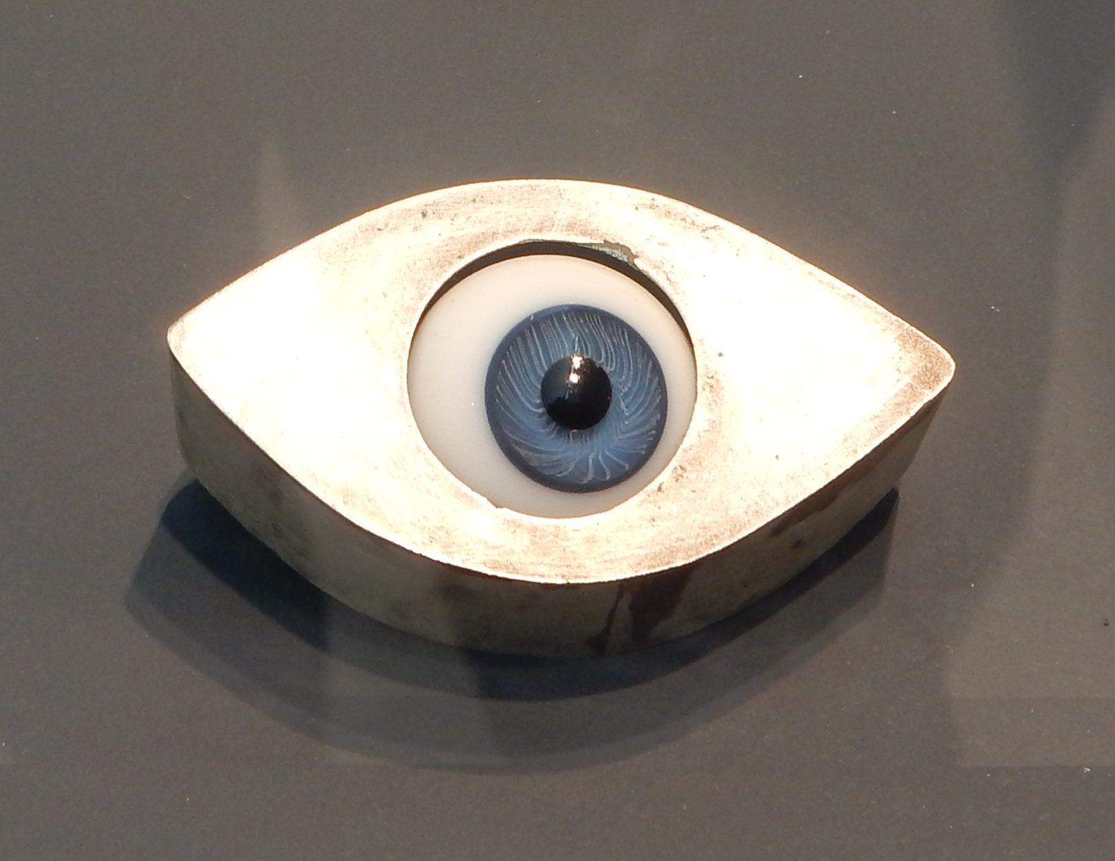 Esther Knobel, broche, 1992. Show yourself, Design Museum Den Bosch. Collectie Benno Premsela, metaal, tentoonstelling