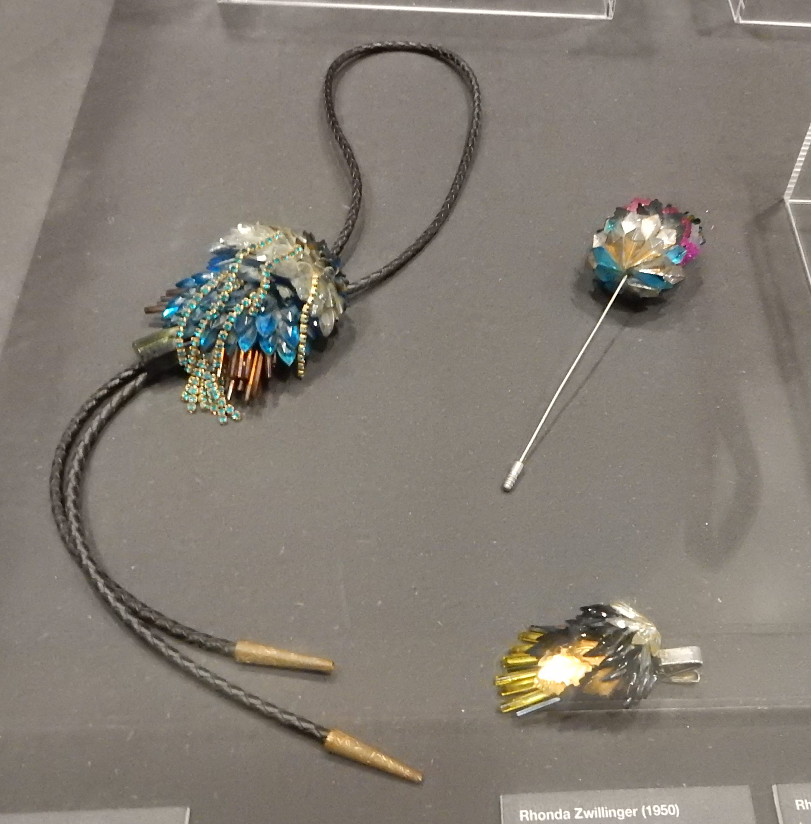 Rhonda Zwillinger, 1989. Show yourself, Design Museum Den Bosch, 2018, Collectie Yvònne Joris. Collectie DMDB, tentoonstelling, metaal, vitrine