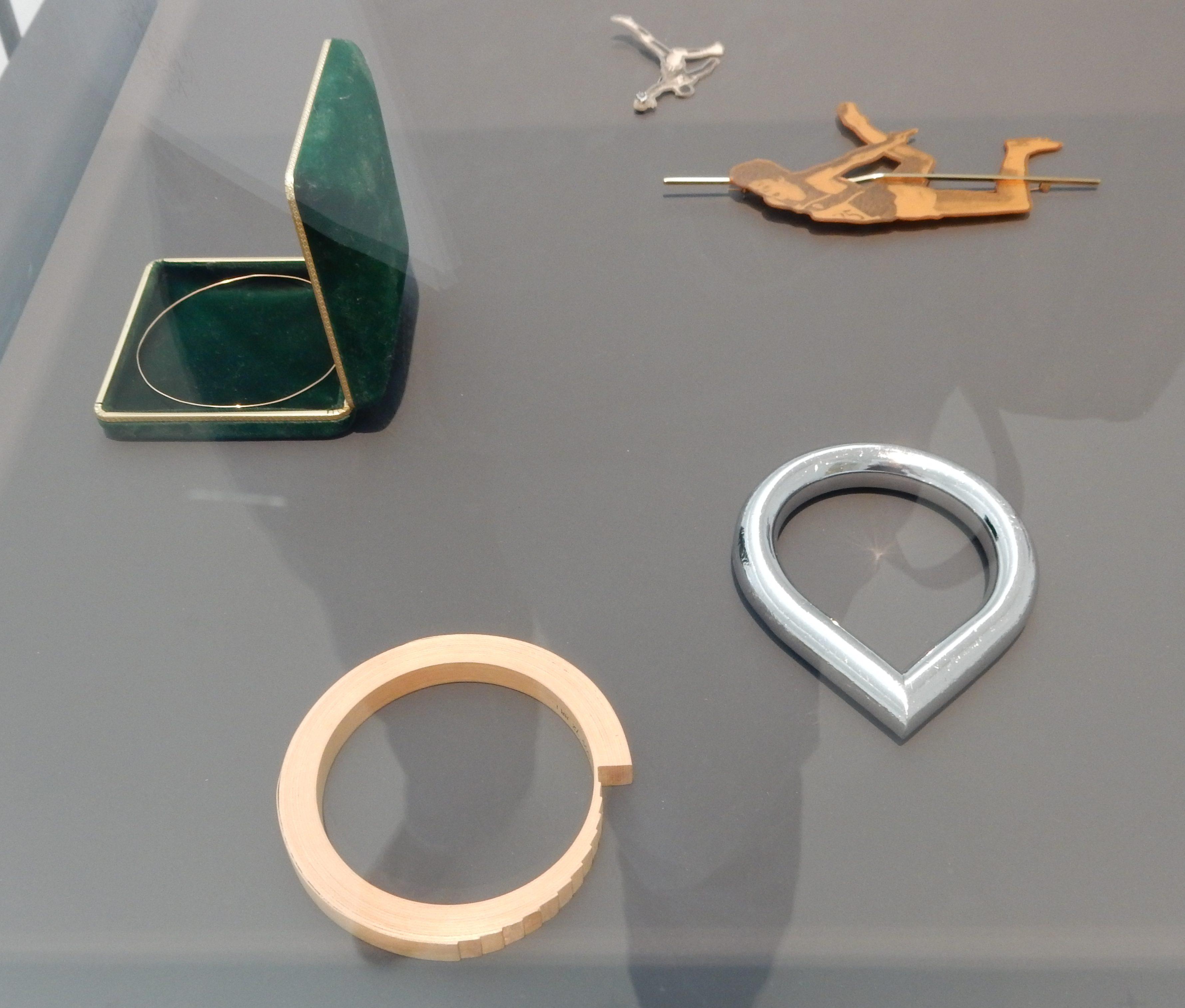 Gijs Bakker. Show Yourself, Design Museum Den Bosch, 2018. Collectie Benno Premsela, armbanden, foedraal, broches, kunststof, metalen