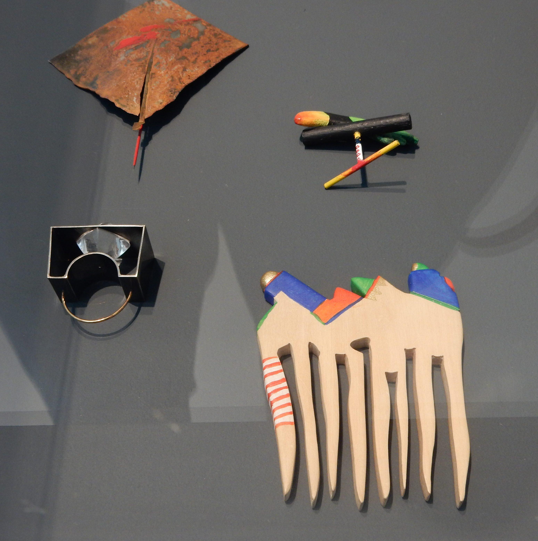 Marion Herbst, broche, 1980, Papegaai nr. 2, ring, 1984, ring, 1991 en kam, 1989. Collectie Benno Premsela, hout, metalen, verf