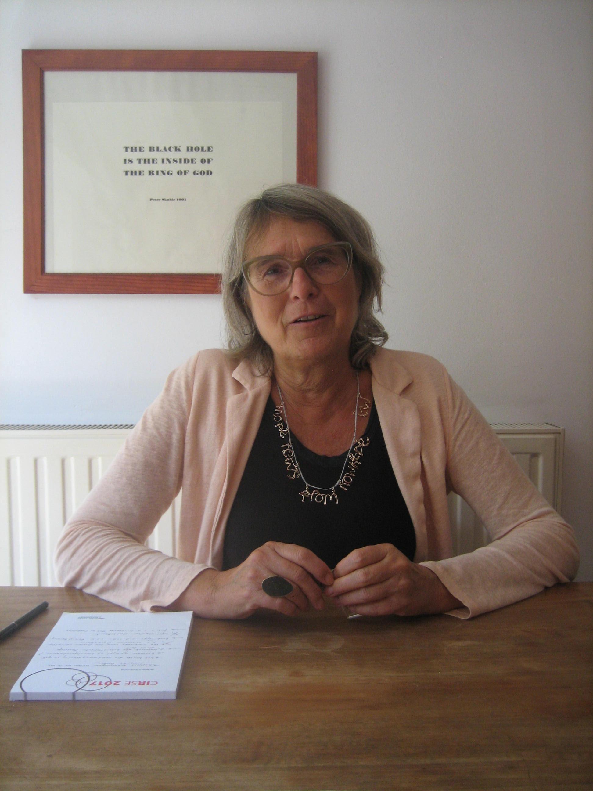 Liesbeth den Besten met halssieraad van Lisa Walker, portret, bril, ring