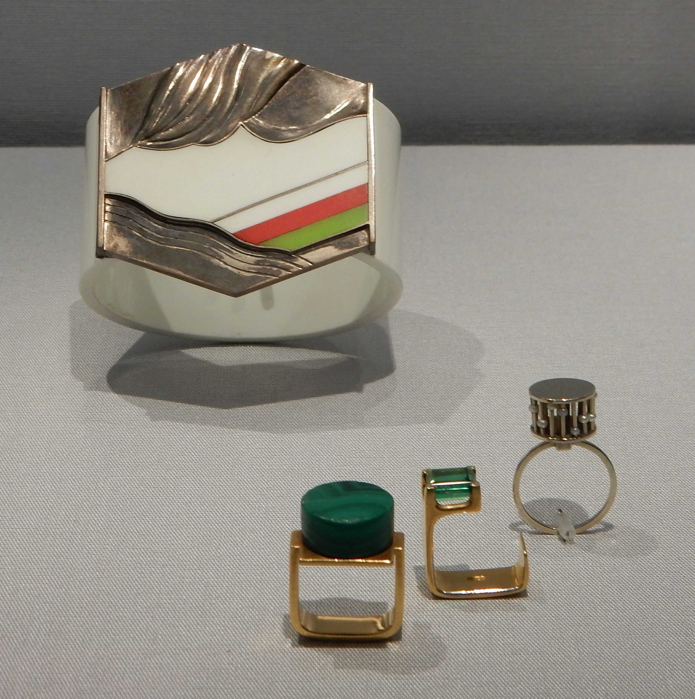 Gerd Rothman, armband, 1969, Monika Backhausen, ringen, circa 1960. Schmuckmuseum Pforzheim. Foto met dank aan Coert Peter Krabbe, september 2018, CC BY 4.0
