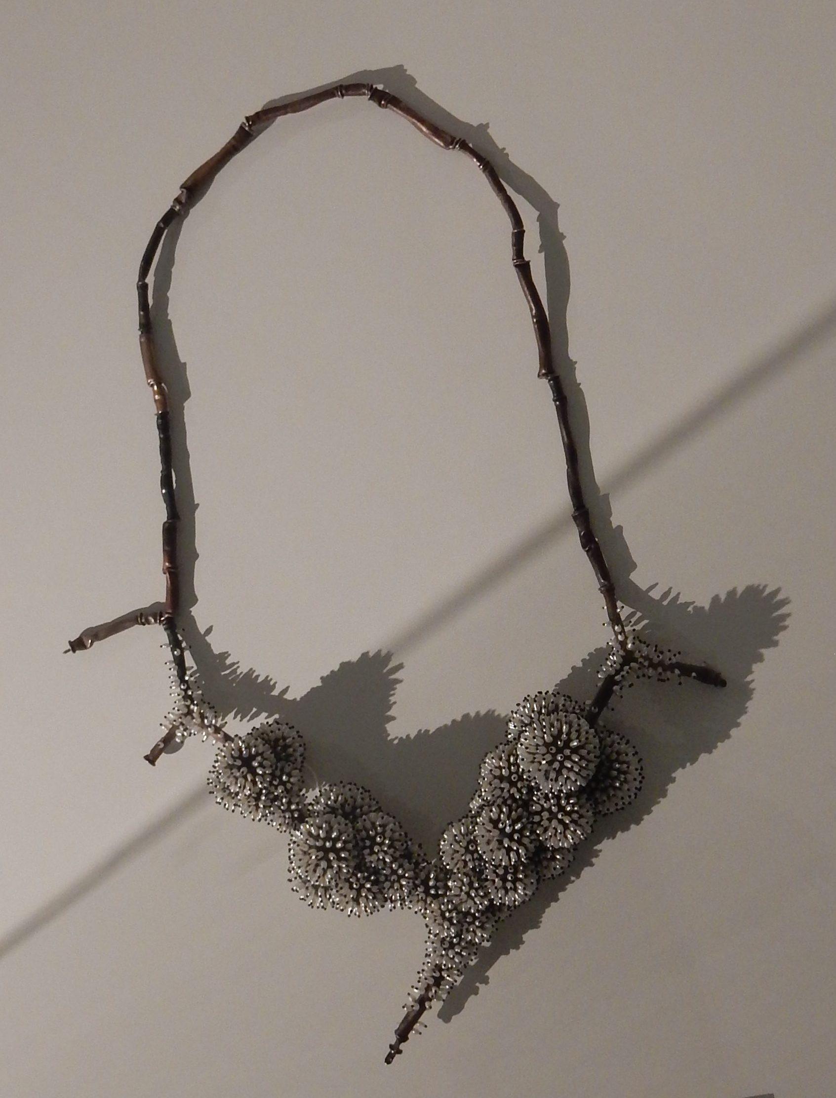 Sam-Tho Duong, halssieraad. Collectie Badisches Landesmuseum, 2017/121, foto Coert Peter Krabbe, metaal, kunststof, parels