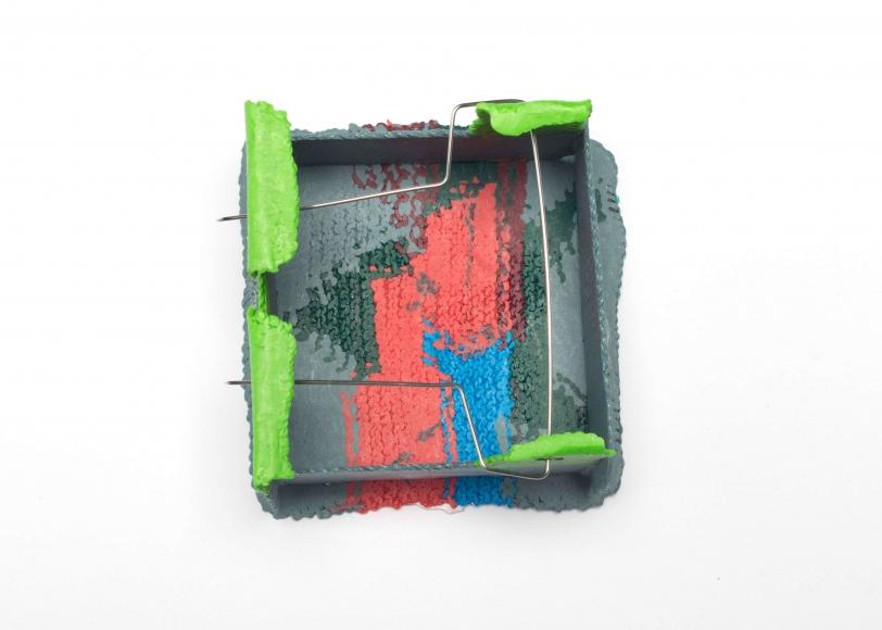Shelley Norton, Boxed 12, broche, 2018, achterzijde. Foto met dank aan Ornamentum Gallery, Caryline Boreham©