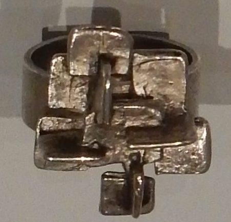 Menno Meijer, ring, circa 1970. Rijksmuseum, BK-2010-2-254, afdeling Tweede helft twintigste eeuw. Foto Esther Doornbusch, november 2018, CC BY 4.0