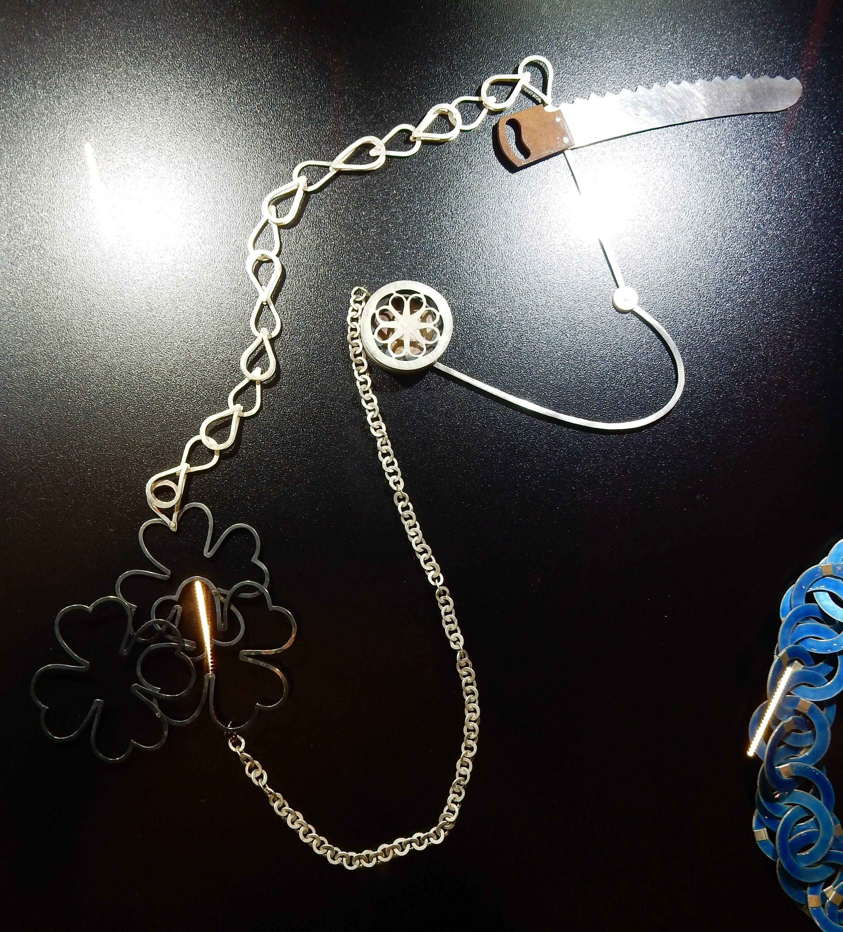 Lucy Sarneel, halssieraad, 1993. Collectie Claartje Keur. Schakels, Composities, SAF 2018, metaal