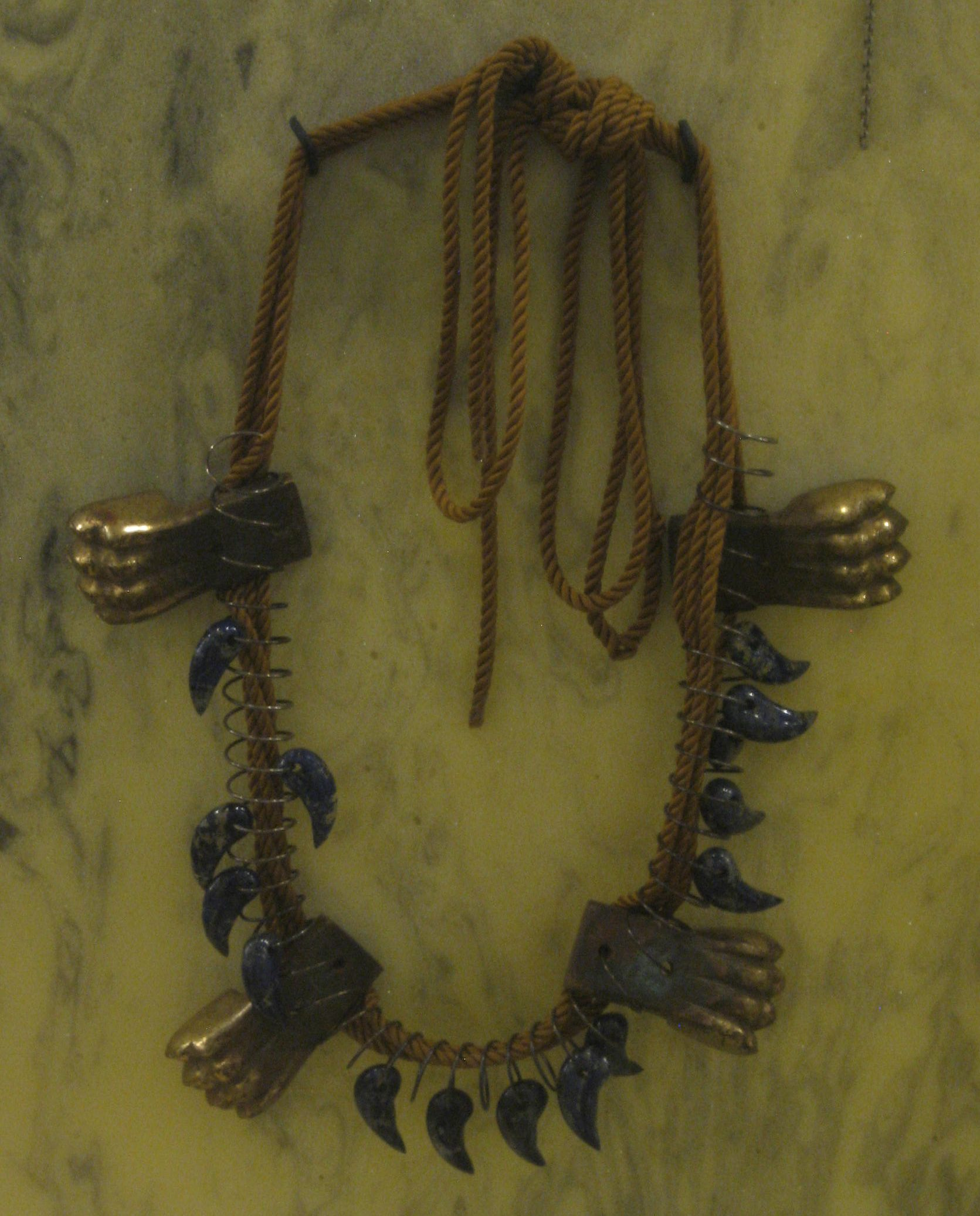 Alina Alamorean, Dans les Griffes du Lion, halssieraad, 2013. Collectie S. Thierry-de Saint Rapt, metaal, touw, steen