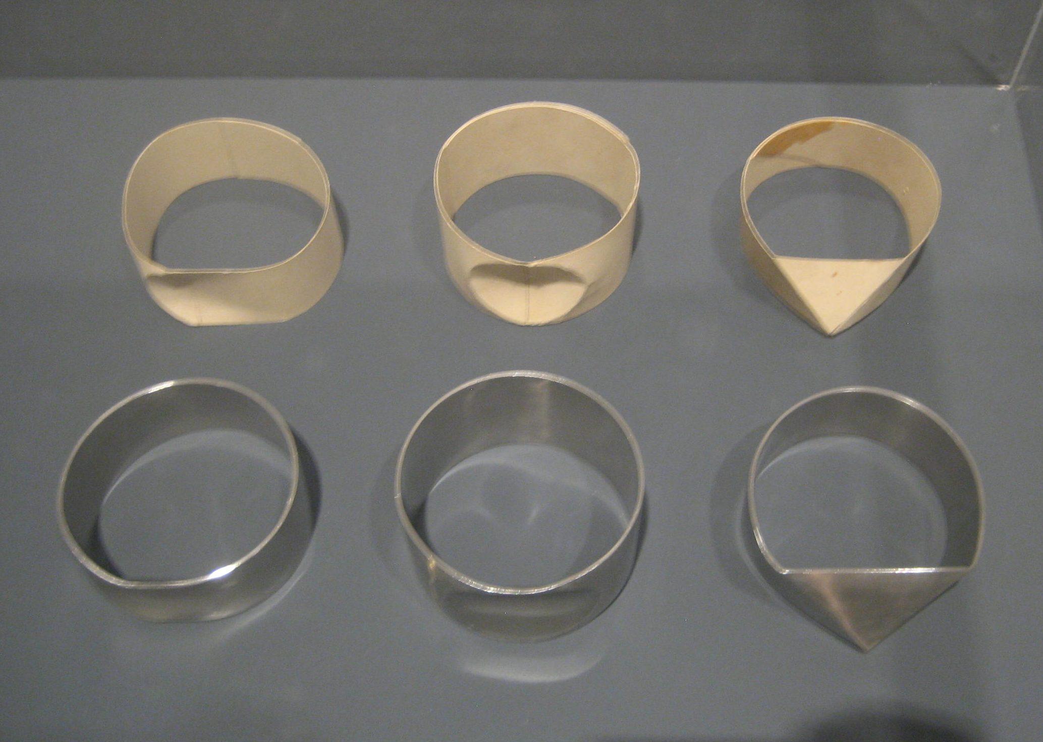 Emmy van Leersum, prototypes en armbanden, 1968. Toen Emmy nu Gijs. Collectie Design Museum Den Bosch, metaal, vitrine, tentoonstelling
