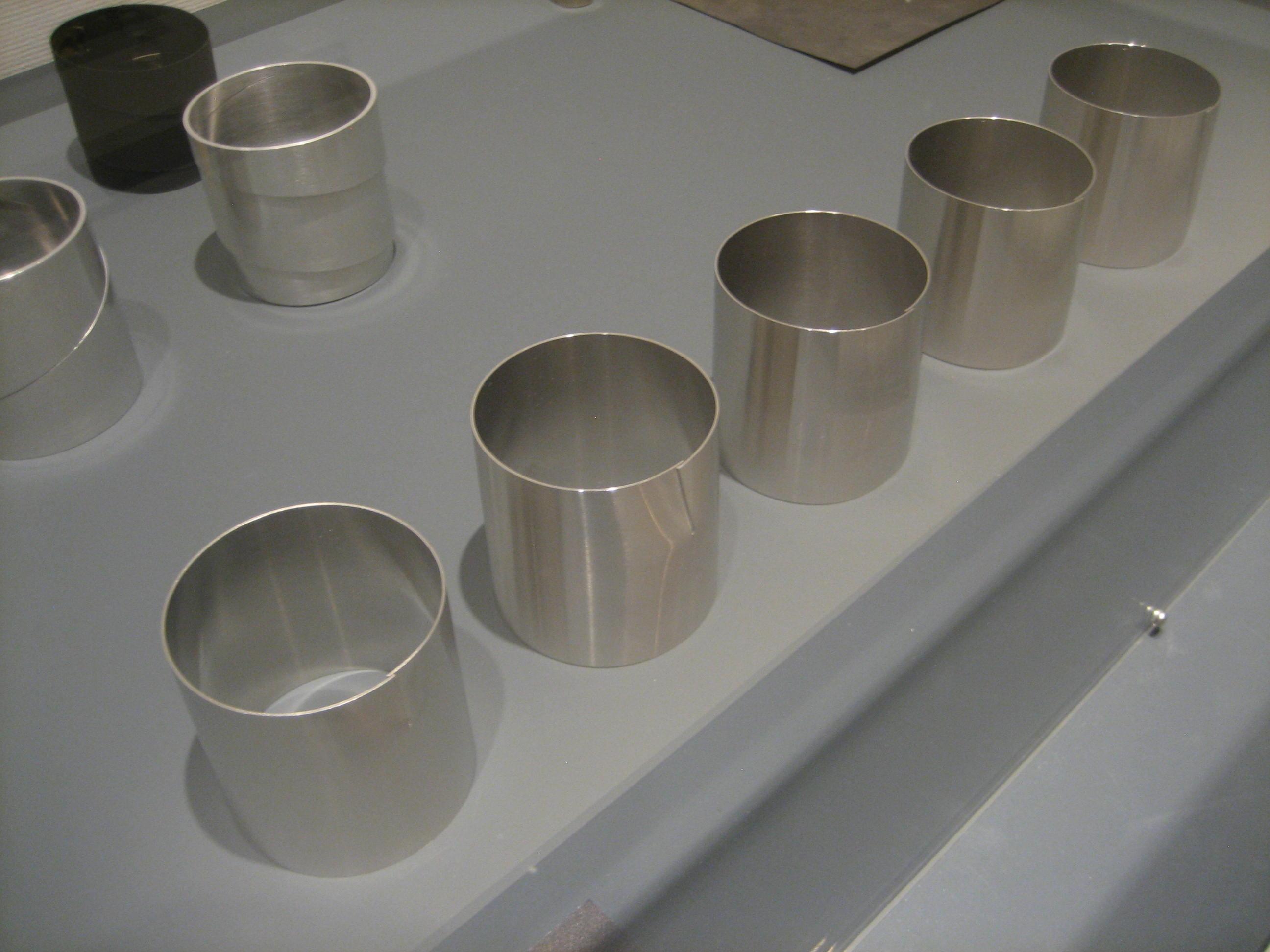 Emmy van Leersum, armbanden, 1974. Toen Emmy nu Gijs. Collectie Design Museum Den Bosch, tentoonstelling, vitrine, metaal
