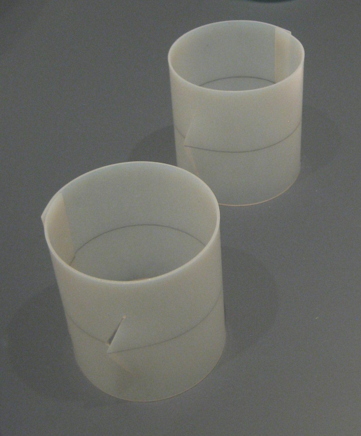 Emmy van Leersum, armbanden, 1975. Toen Emmy nu Gijs. Collectie Design Museum Den Bosch, kunststof