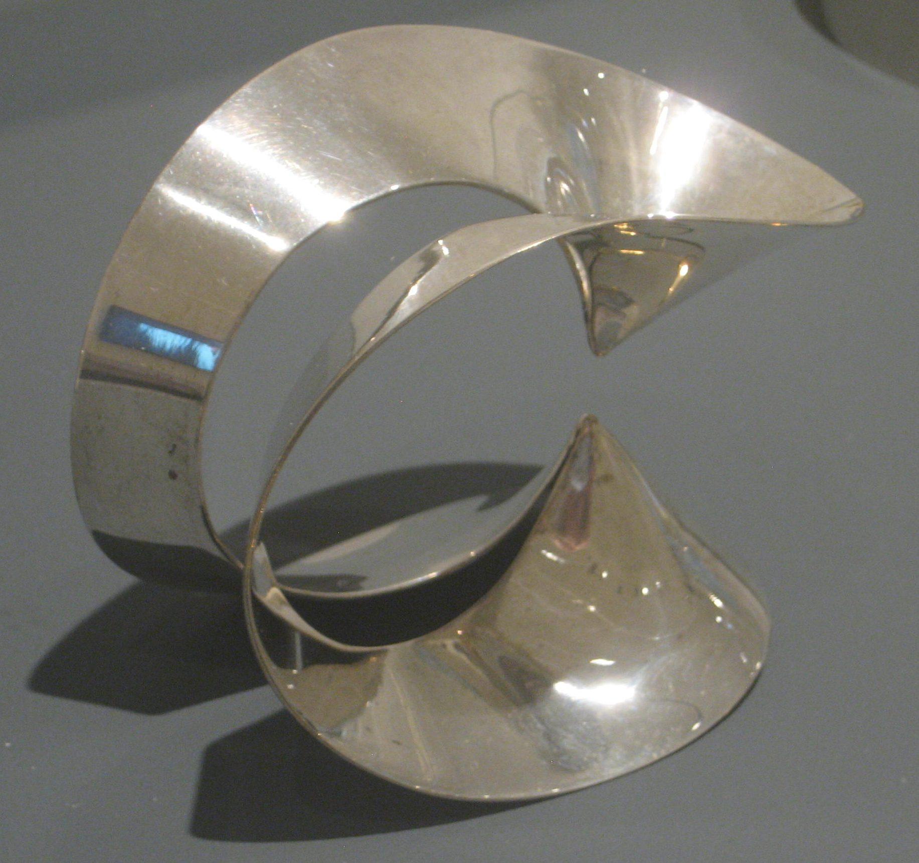 Emmy van Leersum, armband, 1965. Toen Emmy nu Gijs. Collectie Design Museum Den Bosch, zilver