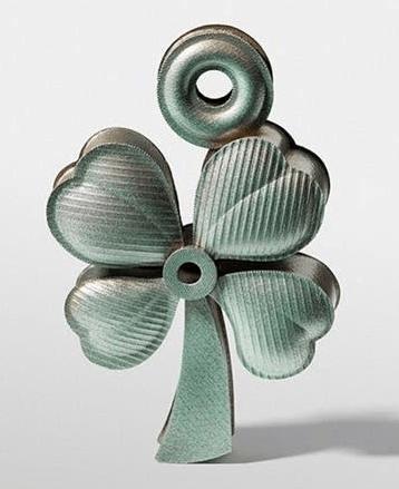Helen Britton, Lucky Charm Pendant, hanger, 2017. Foto met dank aan Gallery Funaki, Dirk Eisel©