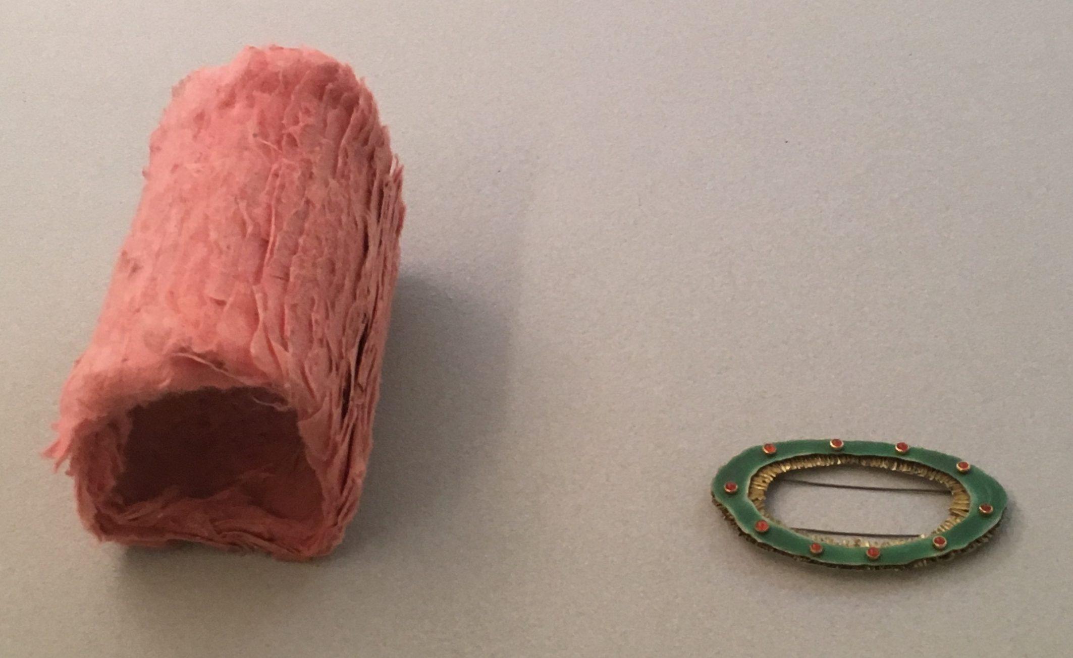 Annelies Planteijdt, armband, 1985, collectie CODA (bruikleen RCE), Ralph Bakker, broche, 1991, collectie CODA (bruikleen RCE). Foto met dank aan Liesbeth den Besten©