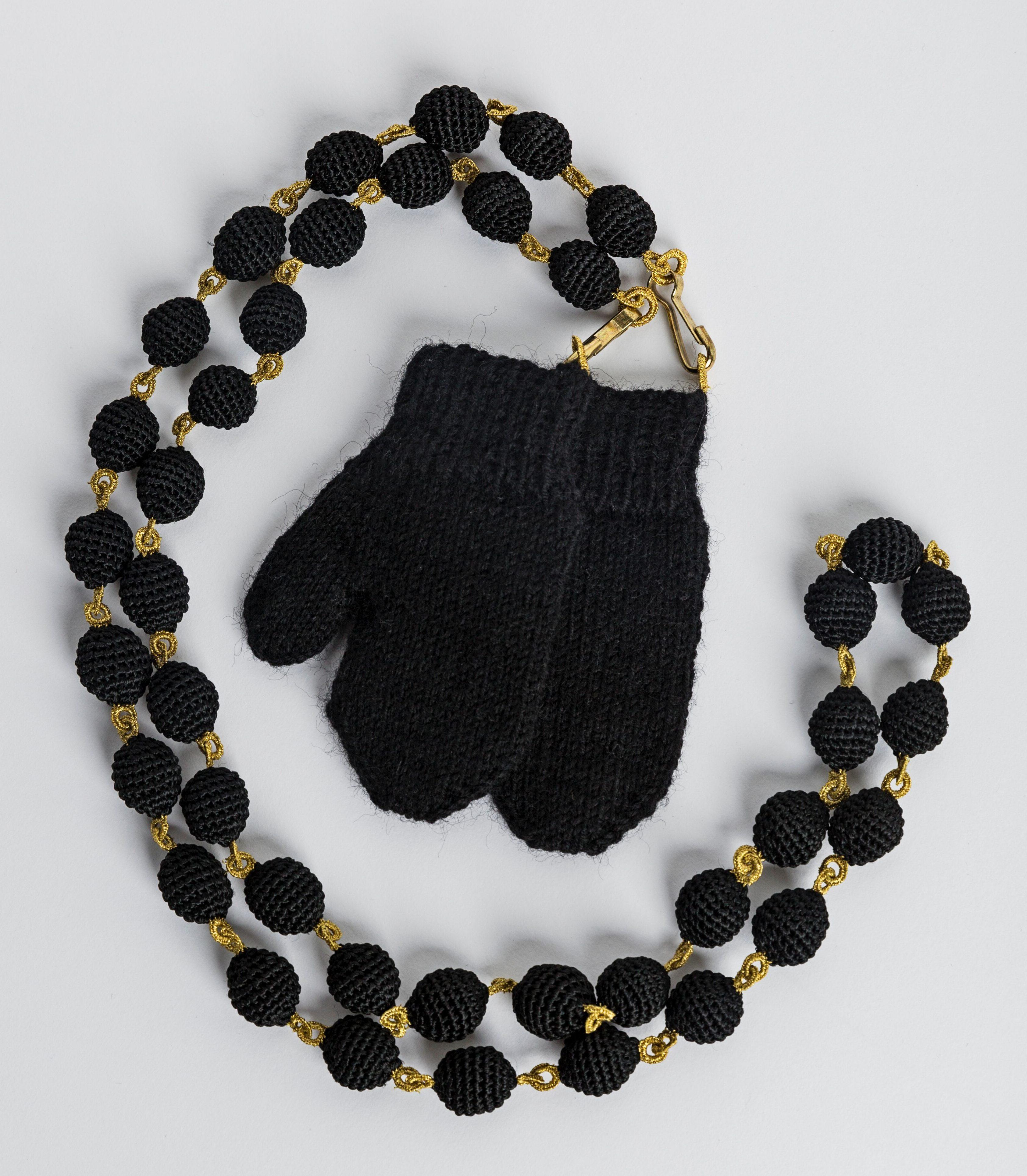 Felieke van der Leest, Zwarte Ketting met de Zwarte Wantjes, halssieraad, 1998. Foto met dank aan het TextielMuseum, Josefina Eikenaar©