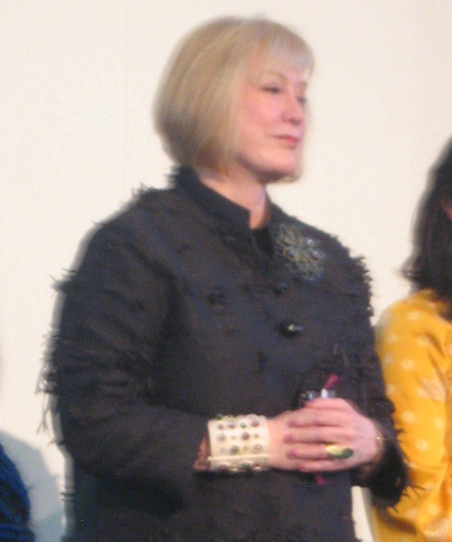 Susan Beech draagt een armband van Evert Nijland, München, zilver, glas, portret