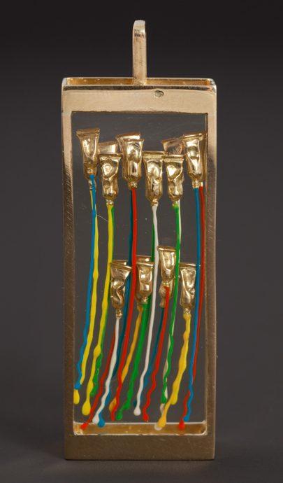 Arman, La Petite Harpe, hanger, 1998-1999. Foto met dank aan Didier Ltd©
