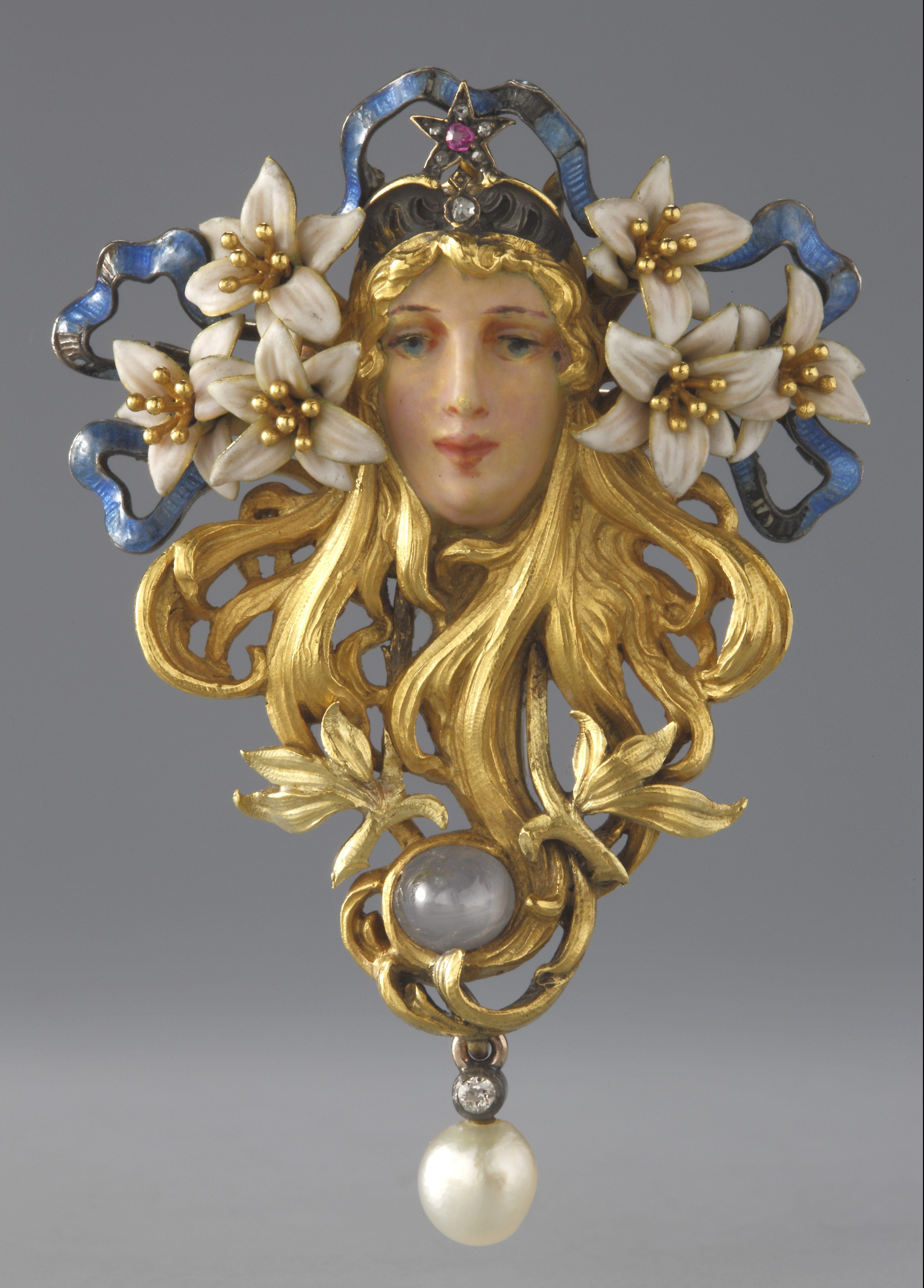 Broche Sarah Bernhardt, broche, naar ontwerp van Alfons Mucha. Collectie Hessisches Landesmuseum. Foto met dank aan Hessisches Landesmuseum, Wolfgang Fuhrmannek©