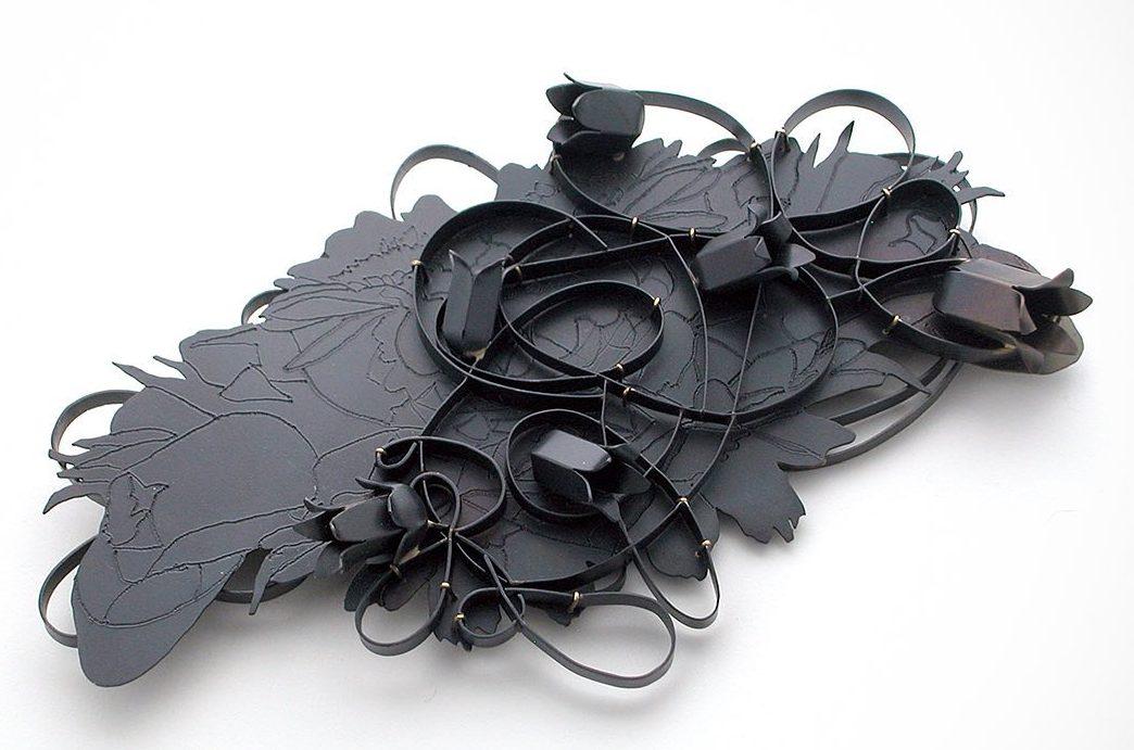 Sondra Sherman, Rorschach Corsage: Belladonna II, broche/hanger, 2015. Foto met dank aan Galerie Marzee©