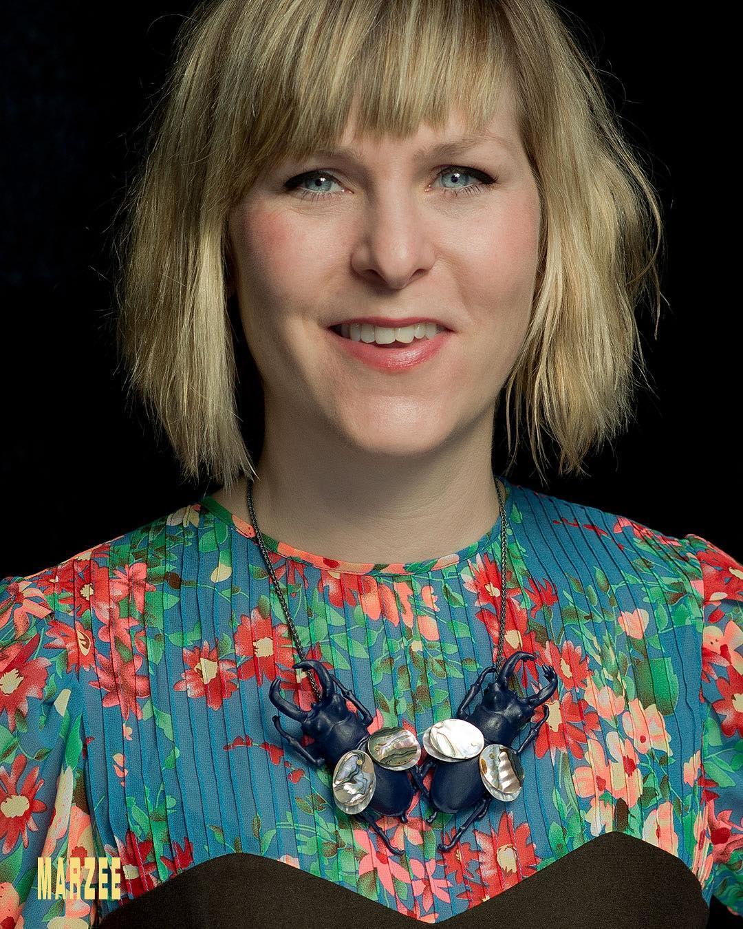 Märta Mattsson draagt haar halssieraad Mermen, 2019. Foto met dank aan Galerie Marzee©